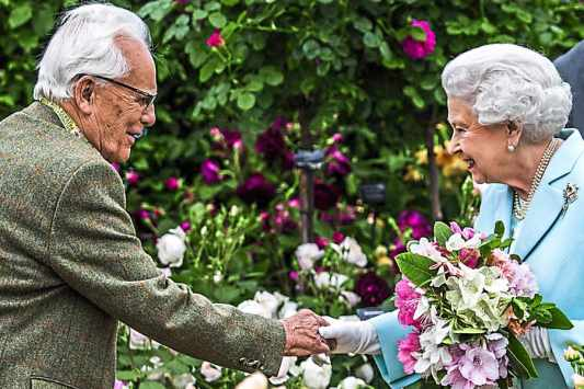 David Austin meets Queen Elizabeth II at the Chelsea Flower Show, among his roses.
